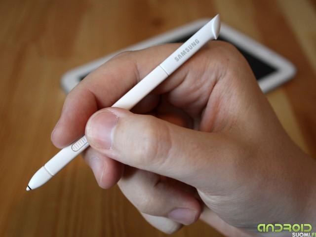 Samsung Galaxy Note 8:n kynä kädessä
